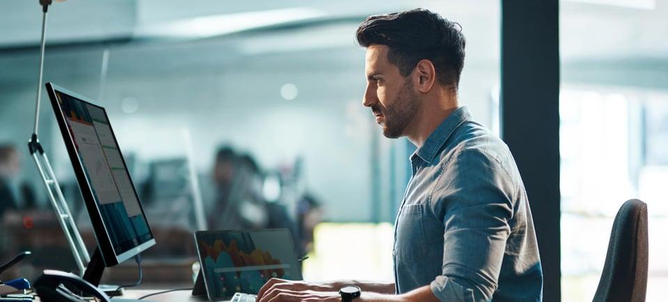 digital arbetsplats jobbar vid skrivbord